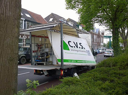 CVS-vrachtwagen geveld door boom